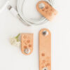 3er-Set Kabelhalter mit Sakura Natur Blumenmotiv aus Naturleder | 3 piece set of natural leather calbe ties